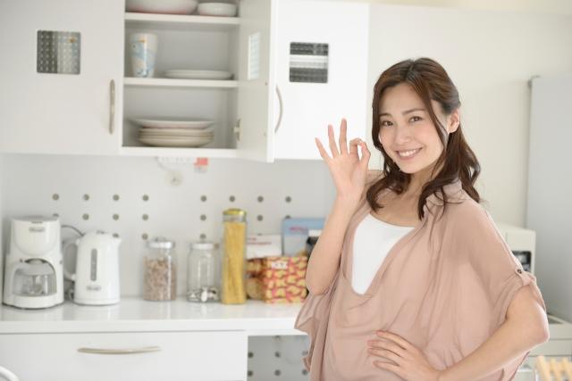 一人暮らしで料理をして楽しむ女性