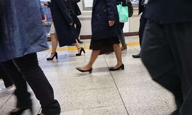 駅で歩く人々