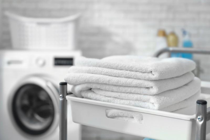 洗濯機と積まれたタオル