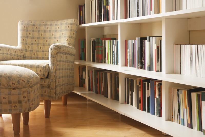 本棚といす