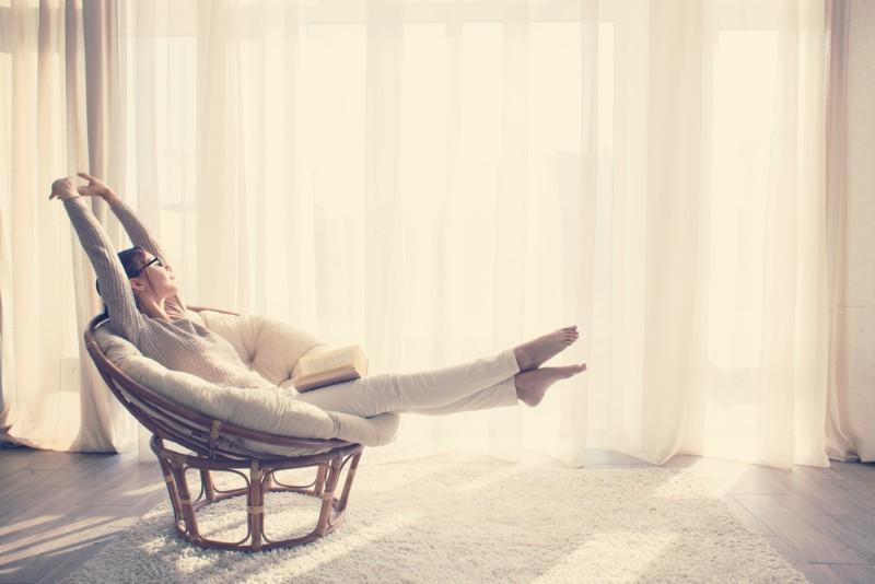 一人用ソファでくつろぐ女性