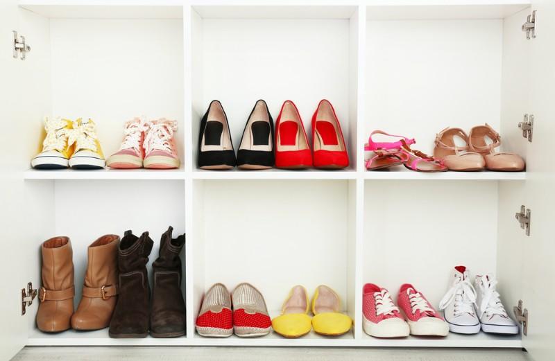 靴箱に入った女性の靴