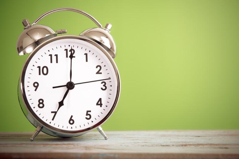 目覚まし時計と緑の壁