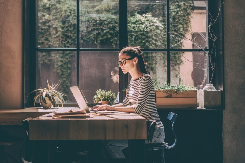 窓際で作業をする女性