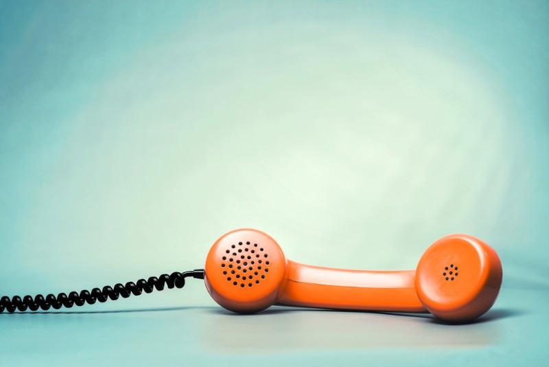 緑の壁とオレンジ色の受話器