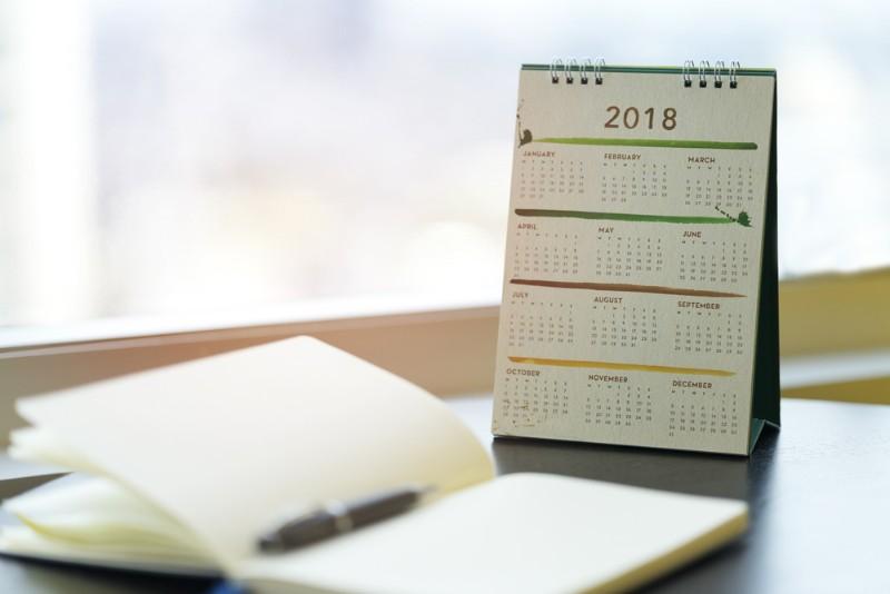カレンダーと開かれたスケジュール帳