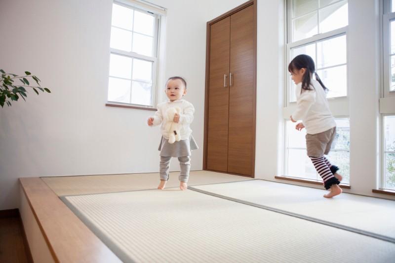 畳の上ではしゃぐ小さな子供たち