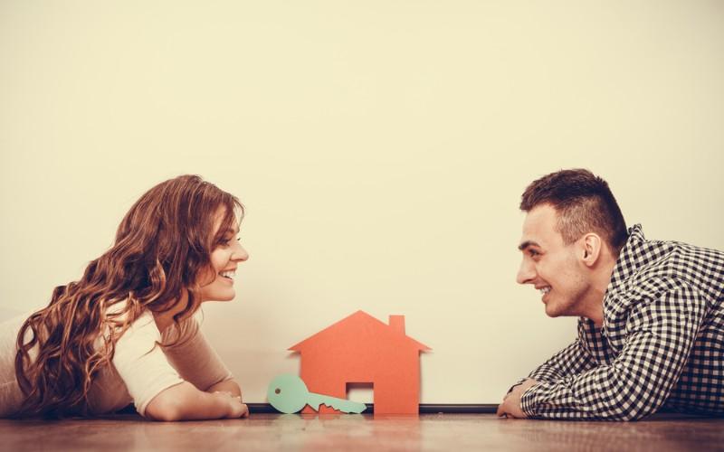 見つめあう男女と家の模型