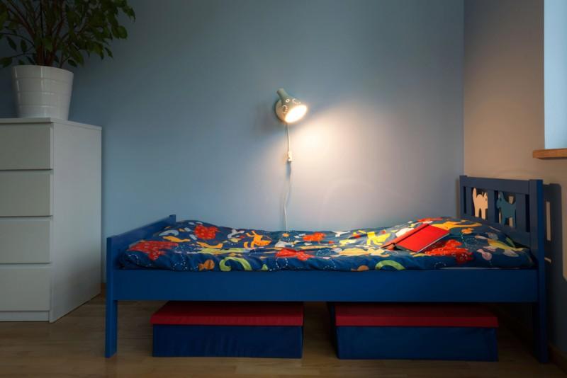 ライトをつけたベッドルーム