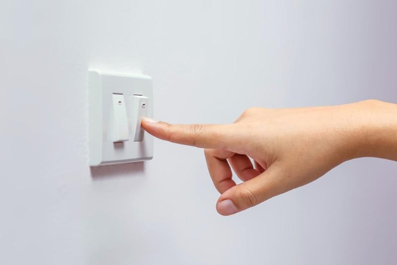 電気のスイッチを切る