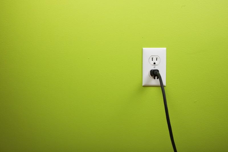 黄緑の壁とコンセント