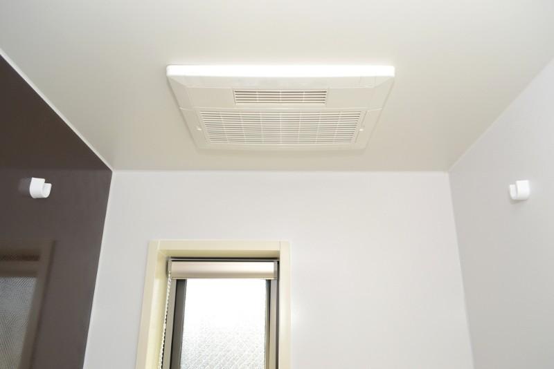 窓と換気扇