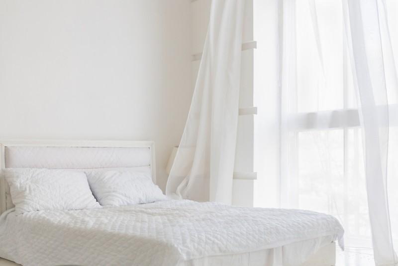 明るいベッドルーム