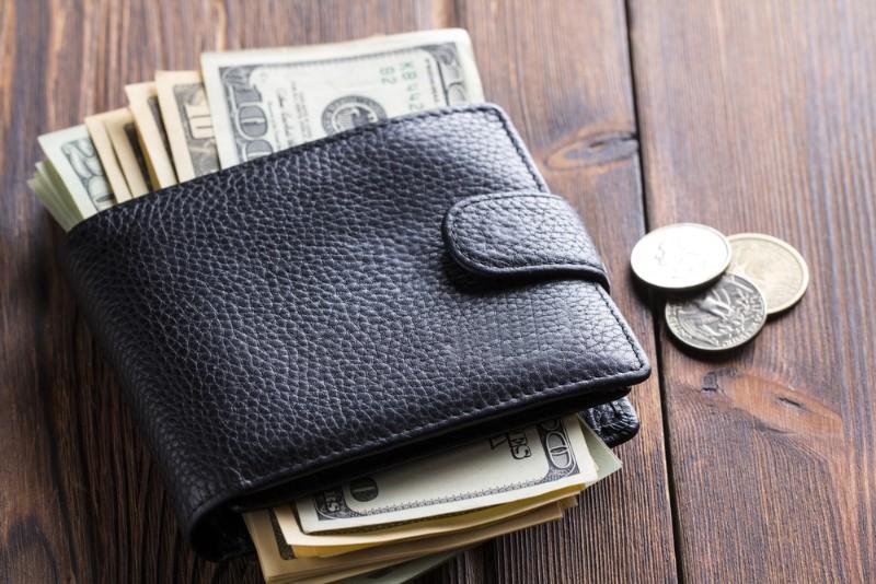財布からはみ出しているお金