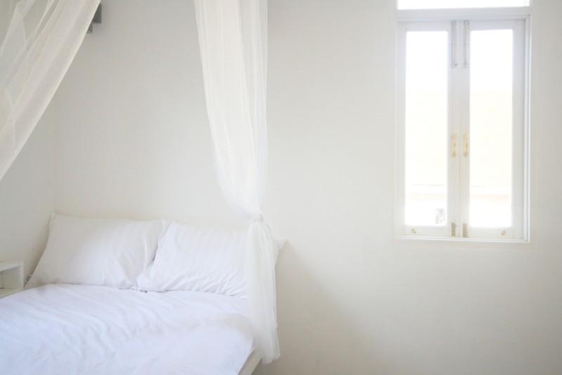 ベッドと小さい窓