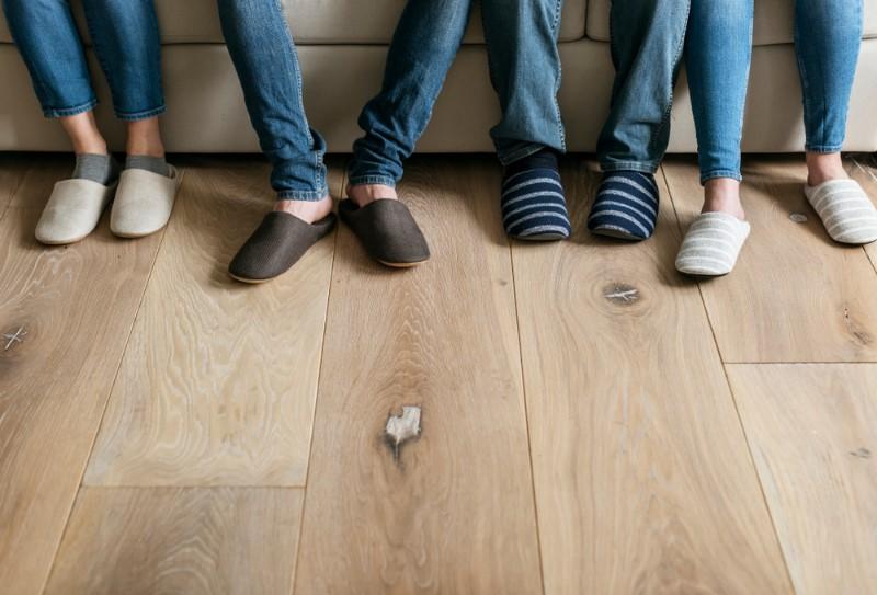 スリッパを履いている足の画像