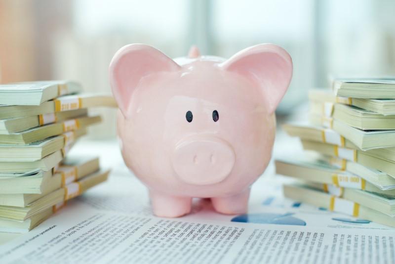 税金のイメージ(お金と貯金箱)