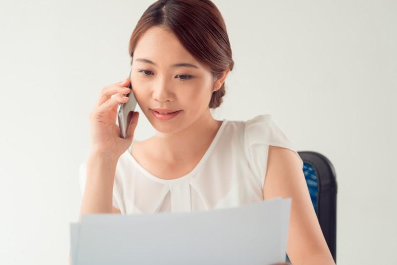 契約書を確認する女性のイメージ