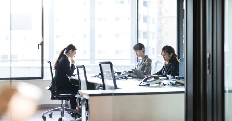 仕事をする女性のイメージ