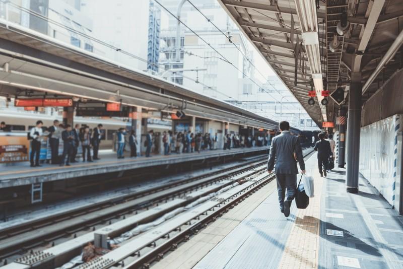 朝の駅のイメージ