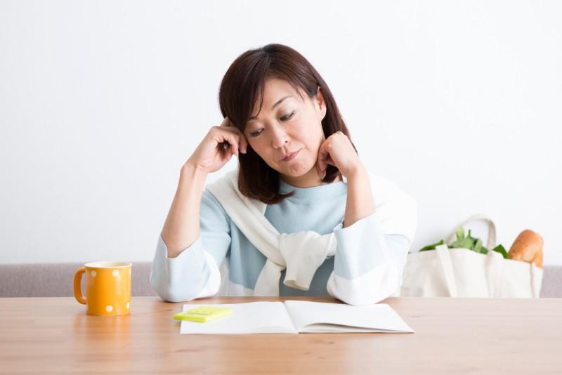 保険選びを迷う女性のイメージ