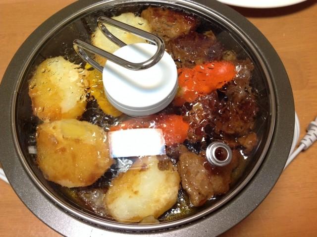 大きな鍋で料理するイメージ