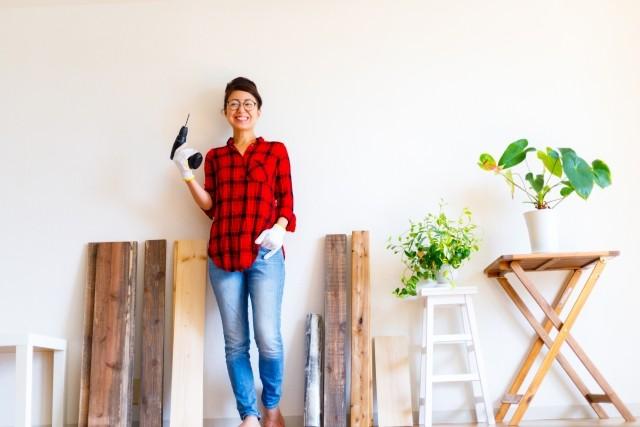 DIYを楽しむ女性のイメージ