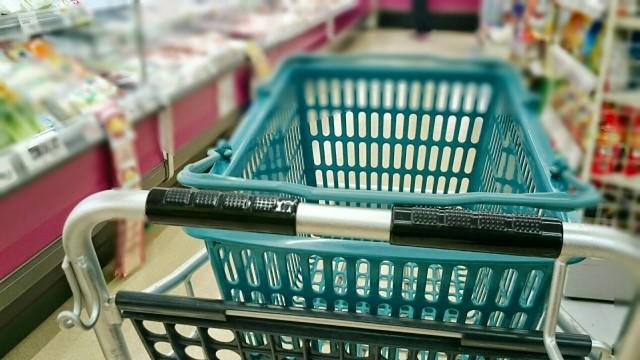スーパーで買い物をするイメージ