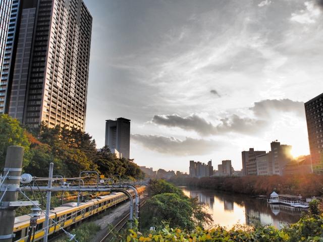 線路沿いのマンションのイメージ