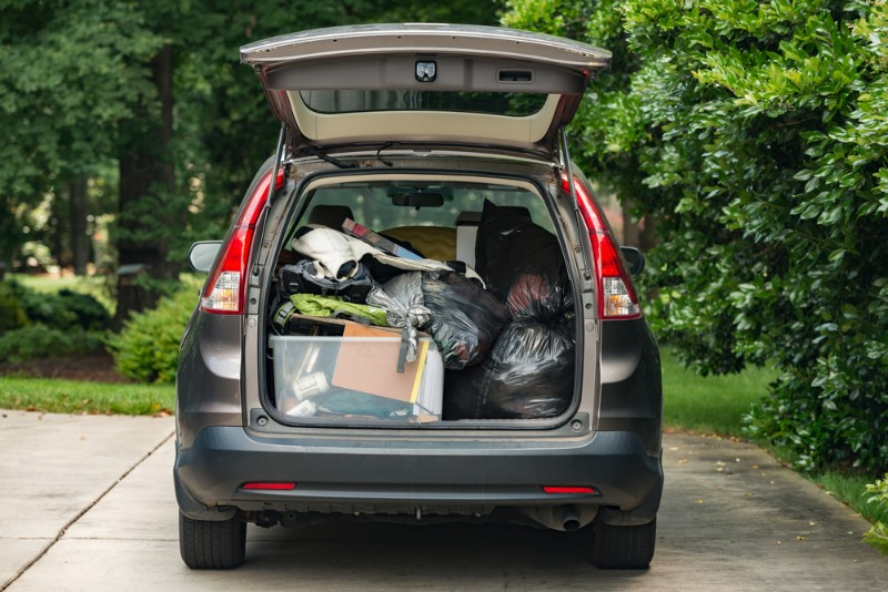 レンタカーで引っ越しをするイメージ