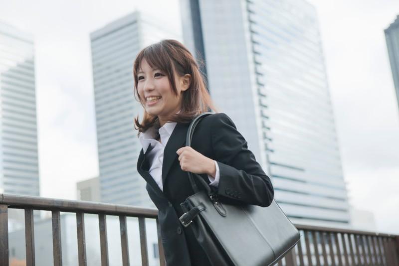上京に胸を膨らます女性のイメージ