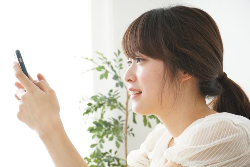 上京にかかる費用を調べる女性
