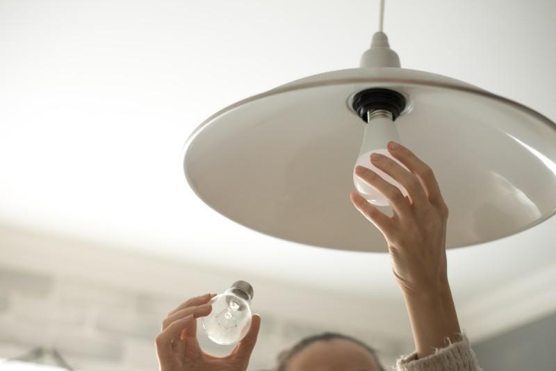 電球をLEDに交換して節約するイメージ