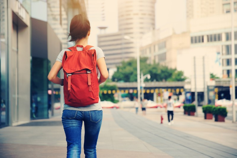 駅まで歩く女性のイメージ