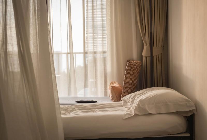 窓際にベッドを置いているイメージ